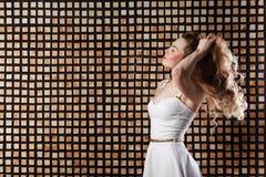 τρίχωμα Πρότυπη γυναίκα μόδας ομορφιάς σχετικά με τη μακριά και υγιή καφετιά τρίχα της Στοκ Εικόνες