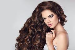 τρίχωμα υγιές όμορφο πορτρέτο brunette Πρότυπο κοριτσιών με το makeu Στοκ Εικόνες