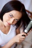 τρίχωμα χτενών η γυναίκα τη&sigmaf στοκ φωτογραφίες