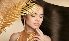 τρίχωμα Όμορφο κορίτσι brunette Υγιές μακρύ στιλπνό Hairstyle Να είστε Στοκ Φωτογραφία