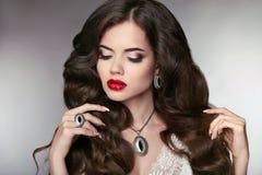 τρίχωμα Όμορφο πρότυπο με το κομψό κυματιστό μακροχρόνιο hairstyle Beautifu Στοκ φωτογραφία με δικαίωμα ελεύθερης χρήσης