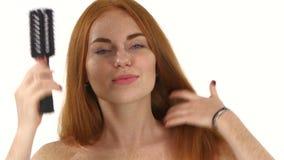 τρίχωμα Όμορφο Redhead κορίτσι που βουρτσίζει την τρίχα της απόθεμα βίντεο