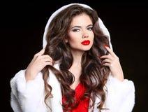 τρίχωμα makeup Όμορφο κορίτσι Brunette στο παλτό γουνών Υγιής μακρύς Στοκ εικόνες με δικαίωμα ελεύθερης χρήσης