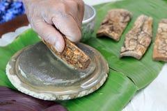Τρίψιμο φλοιών χορταριών Thanaka στην πλάκα πετρών kyauk pyin στοκ φωτογραφία με δικαίωμα ελεύθερης χρήσης
