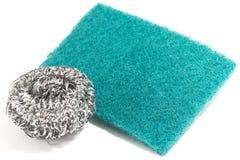Τρίψτε το σφουγγάρι και το ασημένιο potsponge για τον καθαρισμό Στοκ εικόνες με δικαίωμα ελεύθερης χρήσης
