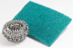 Τρίψτε το σφουγγάρι και το ασημένιο potsponge για τον καθαρισμό Στοκ φωτογραφία με δικαίωμα ελεύθερης χρήσης