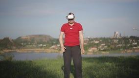 Τραίνα ατόμων που εγκιβωτίζουν στα γυαλιά VR στο πάρκο απόθεμα βίντεο