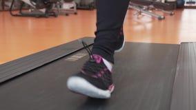 Τραίνα νέων κοριτσιών treadmill στο βίντεο μήκους σε πόδηα αποθεμάτων γυμναστικής απόθεμα βίντεο
