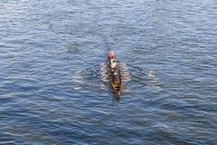 Τραίνα ομάδων βαρκών στον κεντρικό αγωγό ποταμών Στοκ Φωτογραφίες