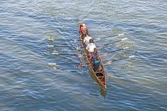 Τραίνα ομάδων βαρκών στον κεντρικό αγωγό ποταμών Στοκ εικόνες με δικαίωμα ελεύθερης χρήσης