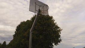 Τραίνα παίχτης μπάσκετ που πυροβολούνται στο καλάθι απόθεμα βίντεο