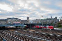 Τραίνα που φθάνουν και που αφήνουν το σταθμό τρένου του Αμβούργο Στοκ Φωτογραφία