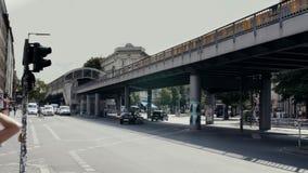 Τραίνα u-Bahn μετρό του Βερολίνου στο σταθμό σκαπανών Schlesisches και την πολυάσχολη οδό του Βερολίνου απόθεμα βίντεο