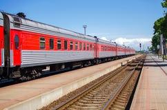 Τραίνο άφιξης στην πλατφόρμα Στοκ Φωτογραφίες