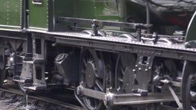 Τραίνο ατμού που φθάνει στο σταθμό με υγιές 4K απόθεμα βίντεο