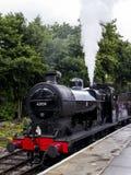 Τραίνο ατμού στην πλατφόρμα στο σιδηροδρομικό σταθμό Oxenhope σε Keighley και τον άξιο σιδηρόδρομο κοιλάδων Γιορκσάιρ, Αγγλία, UK Στοκ Φωτογραφία