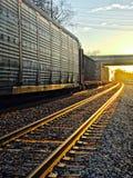 Τραίνο ηλιοβασιλέματος και ρομαντικό φως στοκ φωτογραφία με δικαίωμα ελεύθερης χρήσης