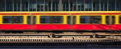 Τραίνο θαμπάδων στην κίνηση, υπόβαθρο κτιρίου γραφείων στοκ εικόνες