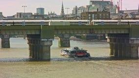 Τραίνο και βάρκα που περνούν στο σταθμό οδών πυροβόλων, Λονδίνο απόθεμα βίντεο