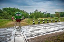 Τραίνο και δρόμος στη νεφελώδη θερινή ημέρα Στοκ Εικόνες