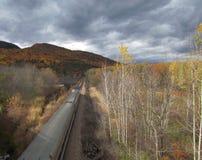 Τραίνο και το φύλλωμα της Νέας Αγγλίας στοκ φωτογραφία