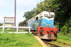 Τραίνο κοντά στο σταθμό στοκ εικόνα
