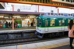 Τραίνο μέσω του Κιότο Στοκ εικόνα με δικαίωμα ελεύθερης χρήσης