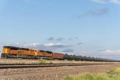 Τραίνο μεταφορών BNSF πετρελαίου του Τέξας με τις δεξαμενές πετρελαίου που σύρουν μέχρι το Π.Μ. Στοκ εικόνα με δικαίωμα ελεύθερης χρήσης