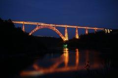 τραίνο νύχτας γεφυρών στοκ εικόνες με δικαίωμα ελεύθερης χρήσης