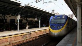 Τραίνο οχημάτων πυκνών δρομολογίων TRA στο σταθμό Taichung HD απόθεμα βίντεο