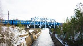Τραίνο πέρα από τον ποταμό Στοκ Εικόνες