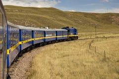 Τραίνο πέρα από το Altiplano - το Περού Στοκ Εικόνα