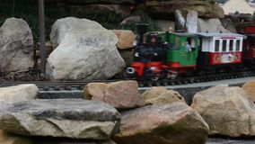 Τραίνο παιχνιδιών σε μια επίδειξη Χριστουγέννων απόθεμα βίντεο
