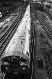 Τραίνο που δίνει τις διαδρομές σιδηροδρόμου που βλέπουν άνωθεν, Λονδίνο UK Στοκ Εικόνες