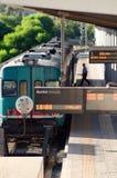 Τραίνο που αναχωρεί ή που φθάνει στο σταθμό Στοκ φωτογραφία με δικαίωμα ελεύθερης χρήσης