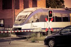 Τραίνο που διασχίζει την οδό στοκ εικόνες