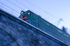 Τραίνο που διασχίζει μια γέφυρα Στοκ εικόνες με δικαίωμα ελεύθερης χρήσης