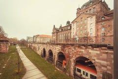 Τραίνο που κινείται κάτω από τη γέφυρα στην ιστορική βαυαρική πόλη με τους τοίχους οχυρών Στοκ φωτογραφία με δικαίωμα ελεύθερης χρήσης