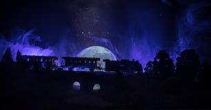 Τραίνο που κινείται στην ομίχλη Αρχαία ατμομηχανή ατμού στη νύχτα Τραίνο νύχτας που κινείται στο σιδηρόδρομο τονισμένο ομιχλώδες  στοκ εικόνες