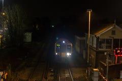 Τραίνο που μπαίνει σε το σταθμό τη νύχτα Στοκ εικόνα με δικαίωμα ελεύθερης χρήσης