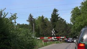 Τραίνο που περνά έναν κλειστό δρόμο, διαγώνιος δρόμος