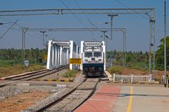 Τραίνο που πλησιάζει έναν σταθμό σε Karnataka, Ινδία Στοκ Εικόνες