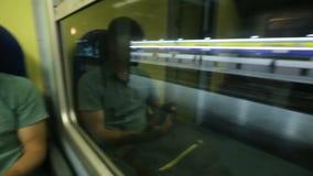 Τραίνο που σταματά αργά στην κενή πλατφόρμα σταθμών, τύπος με τη συσκευή από το παράθυρο φιλμ μικρού μήκους