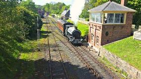 Τραίνο που τραβά στο σταθμό στοκ εικόνες με δικαίωμα ελεύθερης χρήσης