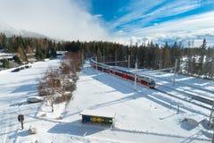 Τραίνο που φθάνει σε έναν σταθμό Στοκ Εικόνες