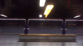 Τραίνο που φθάνει σε έναν υπόγειο σταθμό τη νύχτα απόθεμα βίντεο
