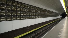Τραίνο που φθάνει σε έναν υπόγειο σταθμό στοκ φωτογραφίες με δικαίωμα ελεύθερης χρήσης