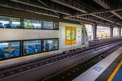 Τραίνο που φθάνει στο σταθμό στο Σίδνεϊ στοκ εικόνες