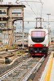 Τραίνο που φθάνει στο σταθμό στοκ εικόνα με δικαίωμα ελεύθερης χρήσης
