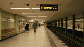 Τραίνο που φθάνει στο σταθμό Kurfà ¼ u-Bahn υπογείων rstendamm στο Βερολίνο απόθεμα βίντεο